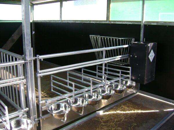 Forværk med skillerum og rustfrie skåle. Passer til 6 og 8 liters skåle. Yderst velegnet til Kalvehuse II og Kalvehuse III.
