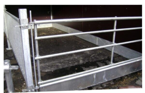 Bredt forværk. Kan tilpasses alle kalvehuse og kan monteres med trug og skåle. De to vandrette/nederste rør er regulerbare, så det også er muligt at regulere trughøjden